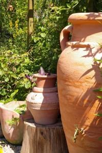 Einen mediterranen Garten mit Pflanzkübeln gestalten
